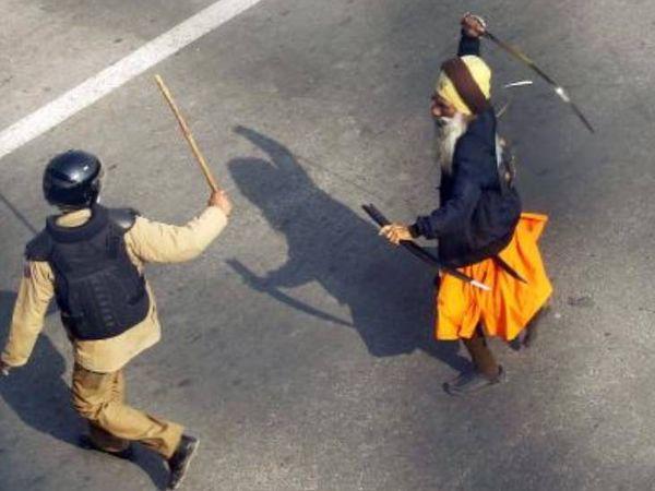 अक्षरधाम के पास रिंग रोड पर एक निहंग ने पुलिस पर तलवार लहरा दी।