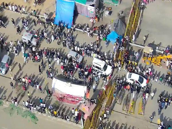 दिल्ली की तरफ कूच: शाजहांपुर बॉर्डर में हरियाणा पुलिस ने जयपुर-दिल्ली हाईवे पर लगा रखा बैरिकेडिंग हटा दिया। हटाते ही किसान परेड दिल्ली की तरफ बढ़ चली।