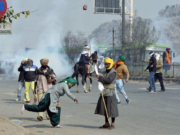 दिल्ली में किसानों की ट्रैक्टर परेड के दौरान मंगलवार को कई जगह हिंसा हुई। प्रदर्शनकारियों ने तोड़फोड़ और पथराव किया। फोटो सिंघु बॉर्डर के पास की है। - Dainik Bhaskar