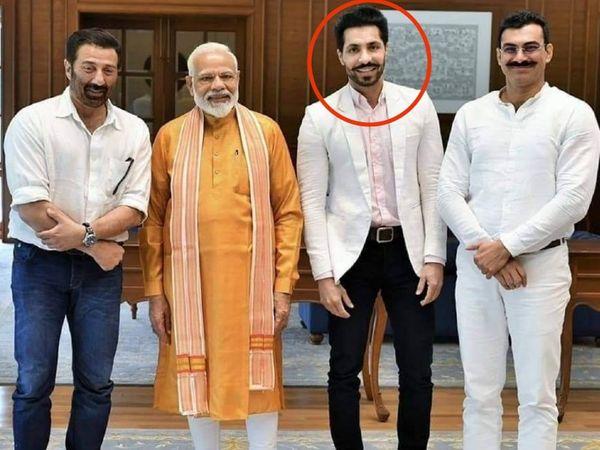 दीप सिद्धू (लाल घेरे में) की अब सन्नी देओल के लिए प्रचार के वक्त की फाेटो वायरल हो रही हैं, जिसमें वह PM नरेंद्र मोदी और सांसद सनी देओल के साथ नजर आ रहा है। - Dainik Bhaskar