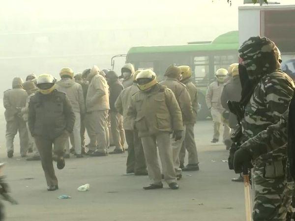 पुलिस ने लाल किला परिसर से डेढ़ घंटे में प्रदर्शनकारियों को बाहर निकाल दिया था, लेकिन एहतियात के तौर पर तीसरे दिन भी बड़ी संख्या में सुरक्षाबल तैनात हैं।