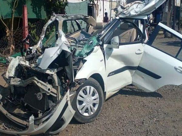 हादसे के बाद कार पूरी तरह से क्षतिग्रस्त हो गई। - Dainik Bhaskar