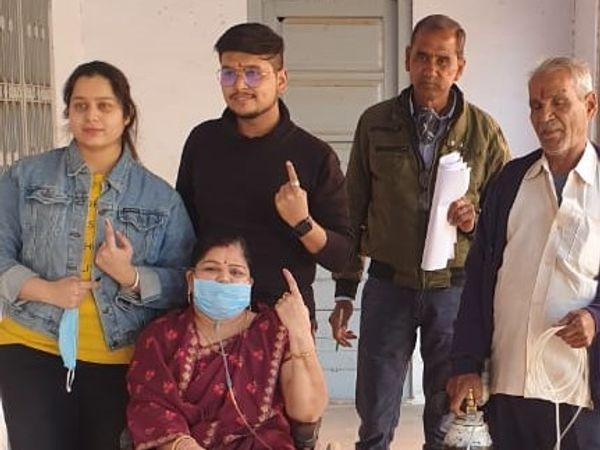 बीकानेर के नोखा में एक महिला ऑक्सीजन सिलेंडर के साथ मतदान करने पहुंची। फोटो : राजेश अग्रवाल - Dainik Bhaskar