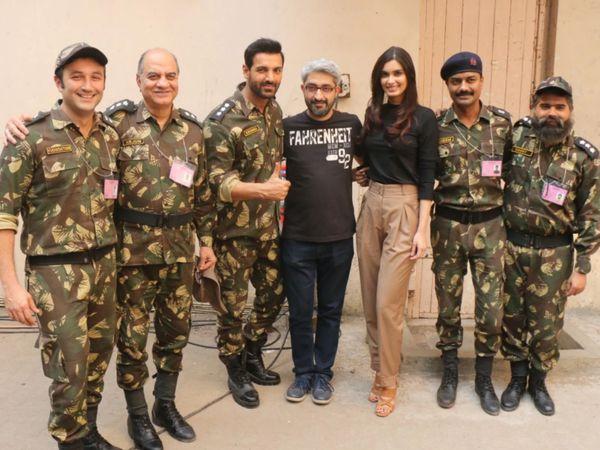 परमाणु : द स्टोरी ऑफ पोखरण की टीम के साथ अभिषेक शर्मा (बीच में)।
