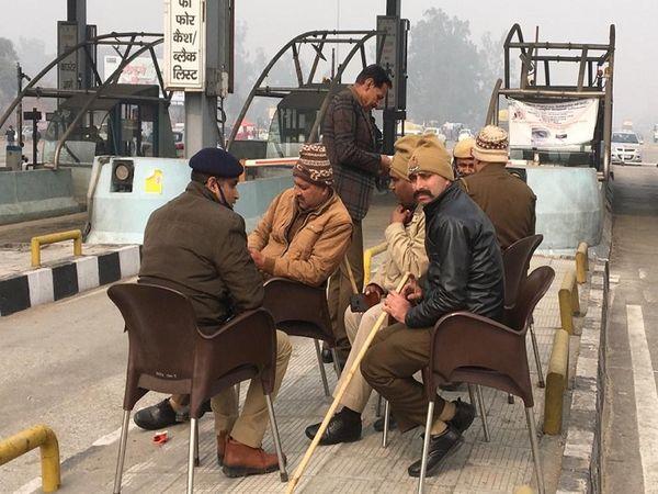 पानीपत टोल प्लाजा पर मौजूद पुलिस।