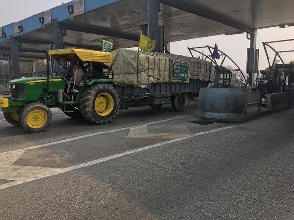 दिल्ली से पंजाब जाने के दौरान पानीपत टोल प्लाजा से गुजरते किसानों के ट्रैक्टर। - Dainik Bhaskar