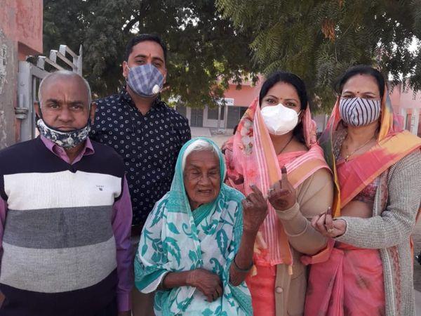मुंबई से आया परिवार नोखा में एक साथ मतदान करने पहुंचा। फोटो : राजेश अग्रवाल - Dainik Bhaskar