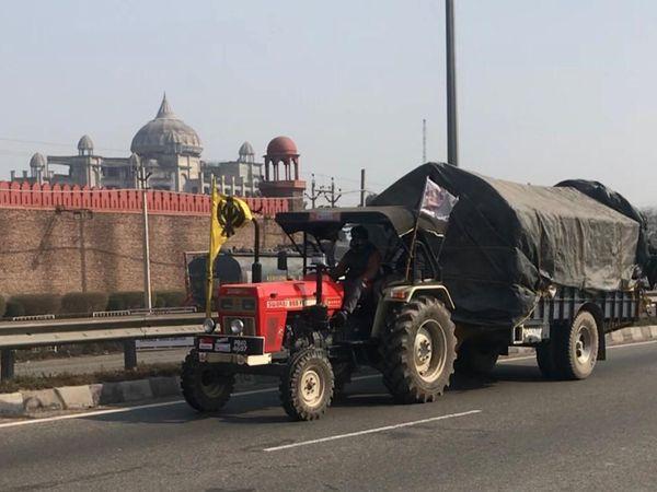 यह तस्वीर जालंधर से गुजरने वाले दिल्ली-पानीपत हाईवे की है, जहां दिल्ली बॉर्डर पर चल रहे किसान आंदोलन से किसान ट्रैक्टर ट्रॉलियाें समेत लौट रहे हैं। - Dainik Bhaskar