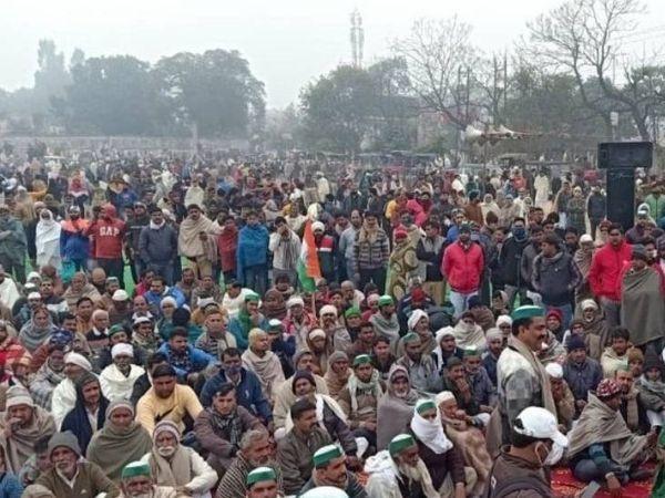 मुजफ्फरनगर में राजकीय इंटर कॉलेज के मैदान में आयोजित महापंचायत में किसानों की अच्छी-खासी भीड़ मौजूद थी।