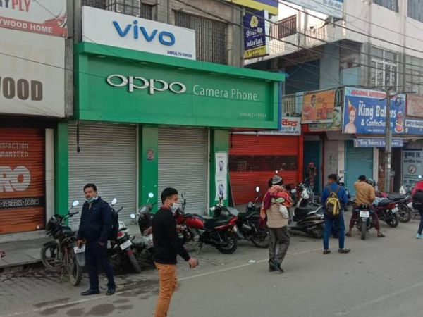महापंचायत को देखते हुए पुलिस ने राजकीय इंटर कॉलेज के आसपास की दुकानें बंद करा दी थीं।