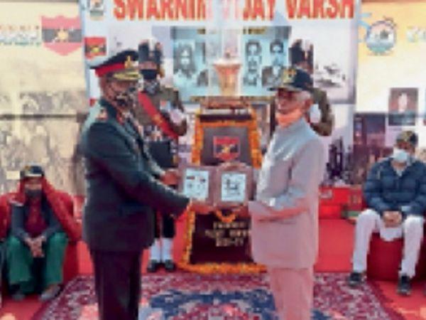 पिलानी. सम्मानित करते मेजर जनरल रॉय। - Dainik Bhaskar