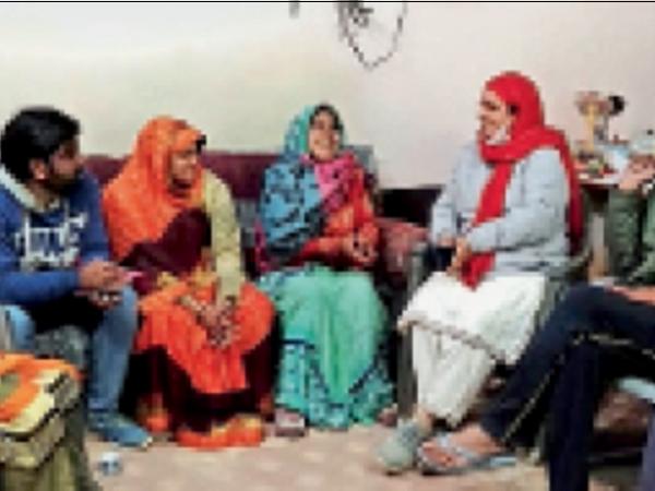 चिड़ावा. कांग्रेस कार्यालय में अन्य समर्थकों से चर्चा करती सुमित्रा सैनी। - Dainik Bhaskar