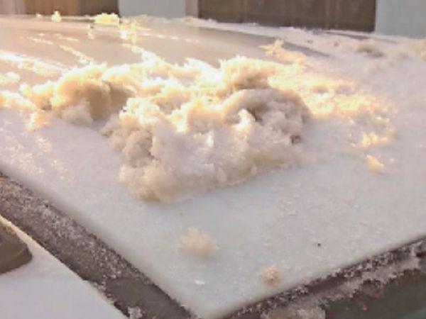 इस्लामपुर. रतनशहर में शुक्रवार सुबह एक गाड़ी पर जमी बर्फ। - Dainik Bhaskar