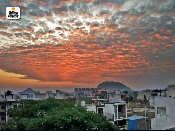 इंदौर की देवगुराड़िया की पहाड़ी में बुधवार को सिंदूरी शाम का नजारा। (फाइल फोटो) - Dainik Bhaskar