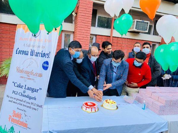 गणतंत्र दिवस पर फ्लैग हॉयस्टिंग के बाद स्टाफ के बीच 500 केक बांटे।