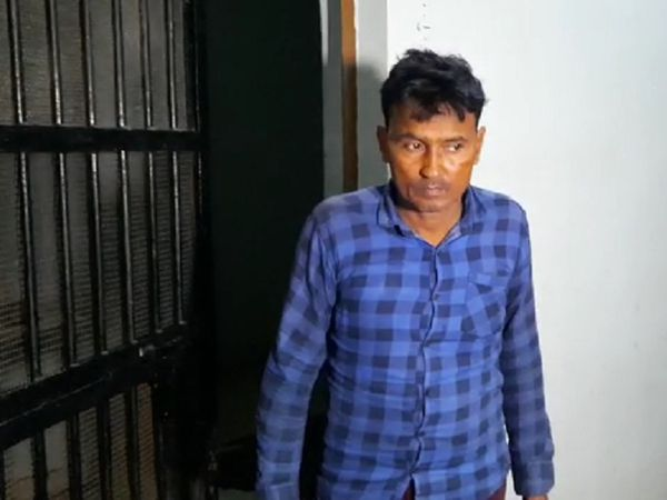 तस्वीर में नजर आ रहा शख्स ही अपनी बेटी से दुष्कर्म का दोषी है। 45 दिनों में मामले की सुनवाई और फैसला सुनाने को कानून के जानकारी त्वरित न्याय की कार्रवाई के तौर पर भी देख रहे हैं। - Dainik Bhaskar