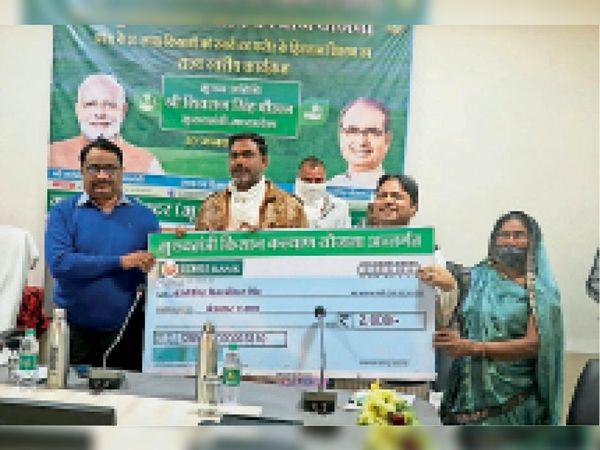 धार. जिला स्तरीय कार्यक्रम में किसानाें काे बांटे प्रतीकात्मक चेक। - Dainik Bhaskar