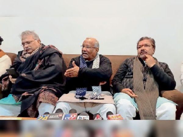शनिवार को कार्यक्रम में पत्रकारों से बातचीत करते उपमुख्यमंत्री व अन्य। - Dainik Bhaskar