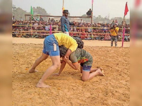 कुश्ती प्रतियोगिता में पायल पहलवान को पटखनी देतीं प्रियंका। - Dainik Bhaskar