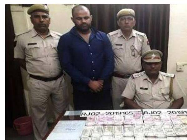 ये पहली तस्वीर 6 सितंबर 2019 की है। जब पपला 32 लाख रुपए के साथ बहरोड़ में पकड़ा गया था। लेकिन, दूसरे दिन पपला के साथी थाने पर हमला कर उसे भगाने में कामयाब रहे थे