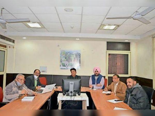 मीटिंग में मौजूद कमेटी के चेयरमैन पार्षद बलराज ठाकुर, जगदीश समराय, सुच्चा सिंह, शमशेर सिंह खैहरा और अन्य। - Dainik Bhaskar