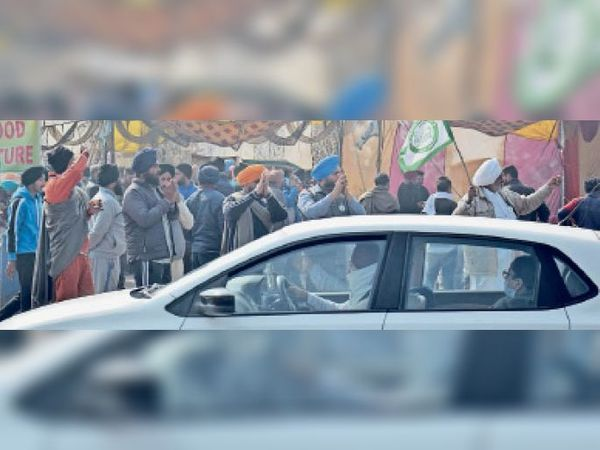 अम्बाला सिटी | देवी नगर टाेल के पास वाहन चालाकाें का हाथ जोड़कर स्वागत करते किसान। - Dainik Bhaskar