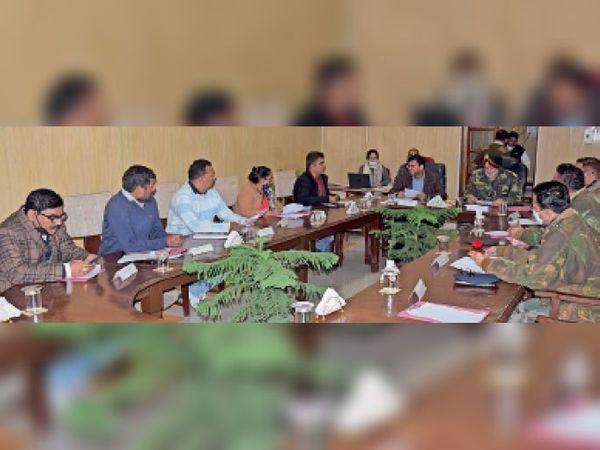 कैंटोनमेंट बाेर्ड की बैठक में मौजूद बोर्ड अध्यक्ष ब्रिगेडियर आरएस मथारू व अन्य। - Dainik Bhaskar