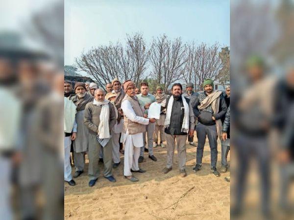 नारायणगढ़ में बैठक करता भाकियू का रतन मान गुट। - Dainik Bhaskar