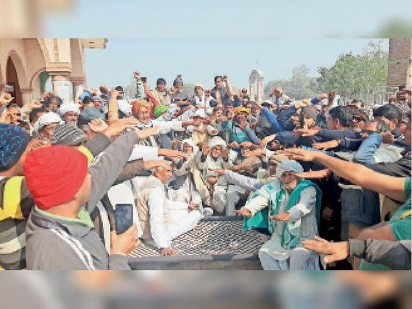 धनाना में जाटू खाप 84 के प्रधान सूबेदार राजमल की अध्यक्षता में अहिंसात्मक आंदोलन चलाने की शपथ लेते ग्रामीण। - Dainik Bhaskar
