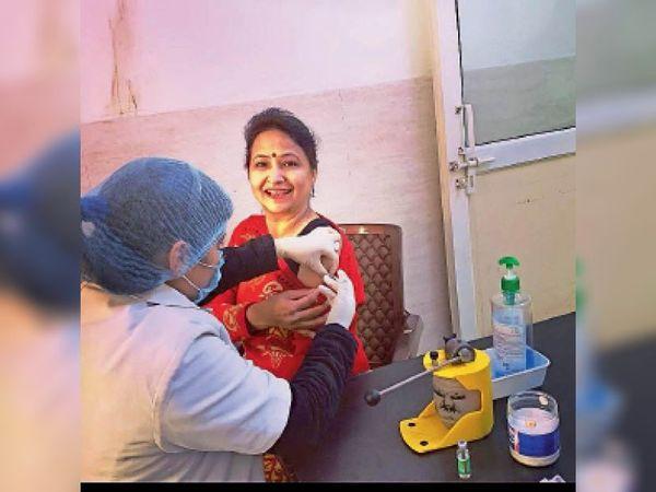 पानीपत. सिविल अस्पताल में वैक्सीन लगवाती डाॅ. रेखा वर्मा। - Dainik Bhaskar
