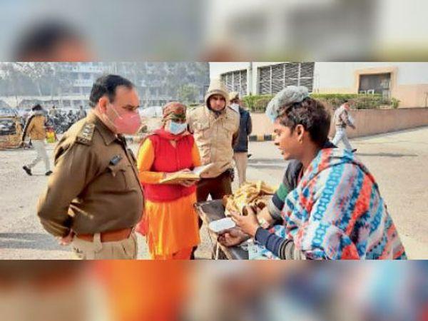 कारिंदों से पूछताछ करते पुलिस अधिकारी। - Dainik Bhaskar