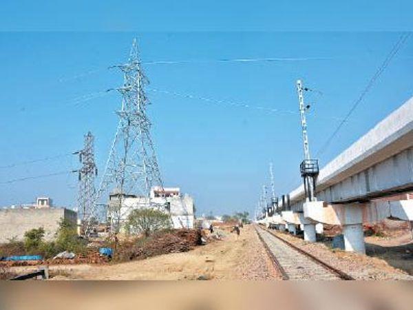 विशाल नगर में हाईटेंशन तार काे ऊंचा उठाने के लिए बनाए गए पोल। - Dainik Bhaskar