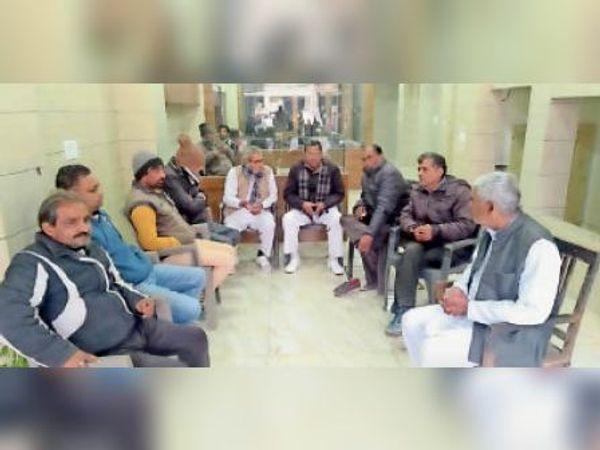 काठमंडी पंचायत के पदाधिकारी बैठक करते हुए। - Dainik Bhaskar