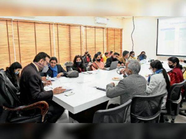 डीसी कैप्टन मनोज कुमार बैठक करते हुए। - Dainik Bhaskar