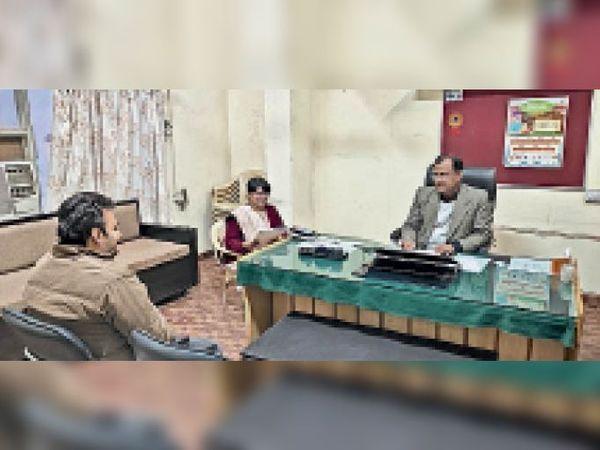 सिरसा। कस्तूरबा गांधी हॉस्टल खोलने को लेकर बैठक करते डीपीसी पवन सुथार। - Dainik Bhaskar