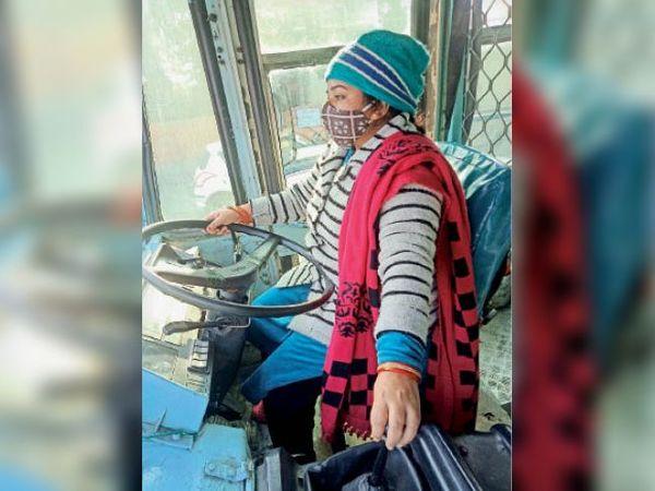 यमुनानगर| रोडवेज बस की स्टीयरिंग व गियर पर हाथ बैठातीं कोमल कांबोज। - Dainik Bhaskar