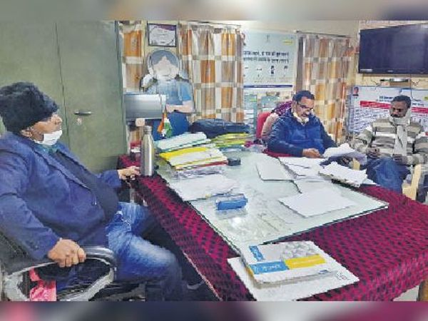 बीसीएमओ डॉ. राजाराम शर्मा ट्रेप कार्रवाई के दौरान। - Dainik Bhaskar