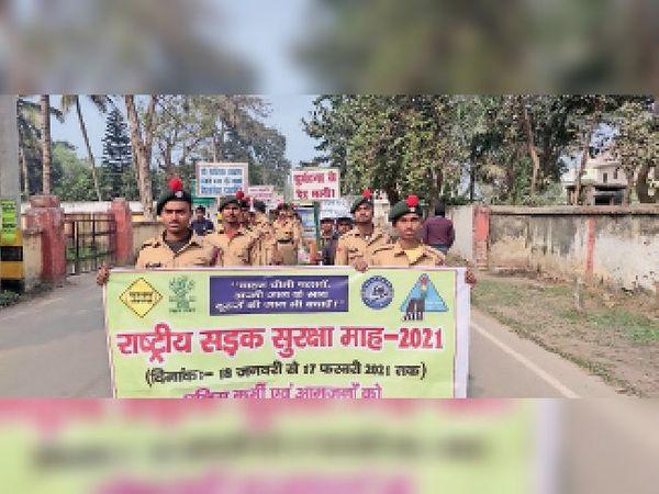 रैली निकालते कैडेट्स और स्कूल के छात्र। - Dainik Bhaskar