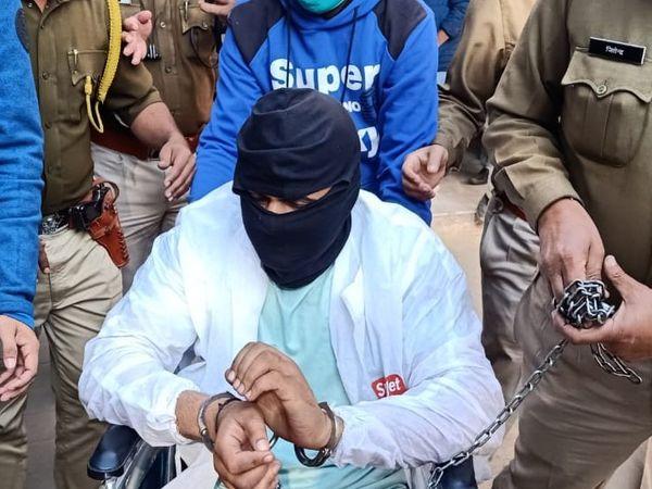 ये पपला गुर्जर की दूसरी तस्वीर 29 जनवरी 2021 की है। जब उसे महाराष्ट्र के कोल्हापुर से पुलिस अलवर लेकर आई। अगले दिन कोर्ट में हथकड़ी लगे पपला व्हीलचेयर पर नजर आया।