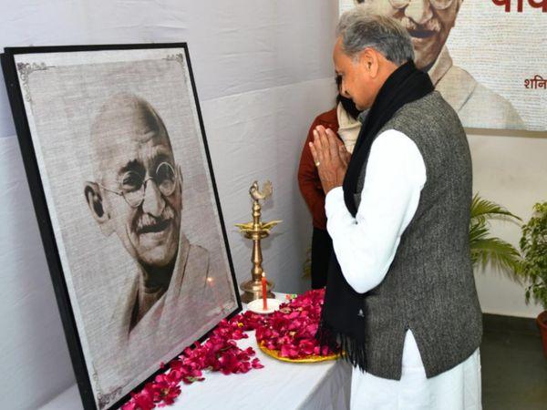 गांधीजी की पुण्यतिथि पर उन्हें श्रद्धांजलि देते सीएम अशोक गहलोत - Dainik Bhaskar