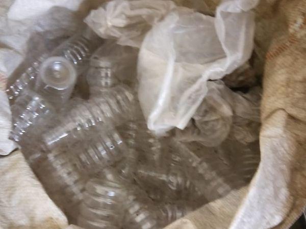खाली बोतलें बरामद की गई।