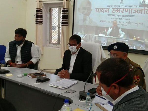 झुंझुनूं कलेक्ट्रेट के वीसी रूम से जुड़े समिति के सदस्य। - Dainik Bhaskar
