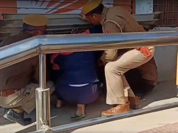 बैंक कर्मचारियों के आने के बाद अंदर गई पुलिस।