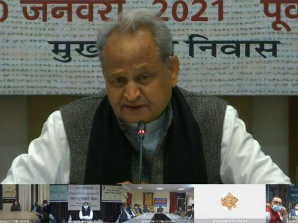 मुख्यमंत्री गहलोत ने शनिवार कोमीडिया से बातचीत की। - Dainik Bhaskar