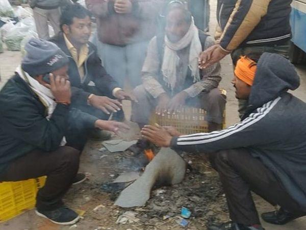 अलाव के सहारे सर्दी से बचने का कोशिश कर रहे हैं लोग। - Dainik Bhaskar