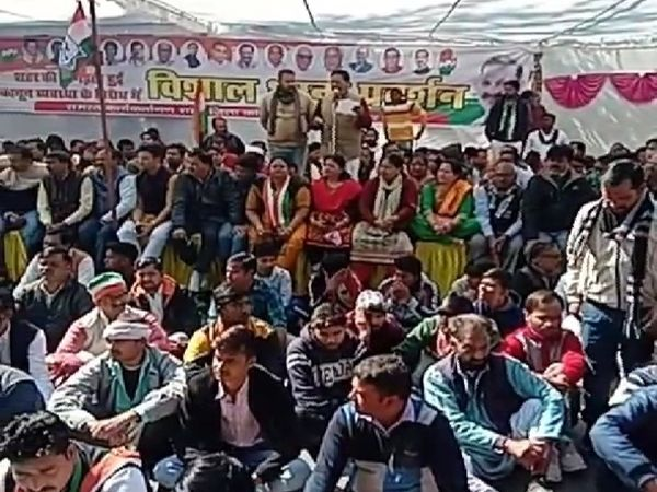 एसपी ऑफिस के बाहर प्रदर्शन करते कांग्रेसी, तीन घंटे तक गेट के बाहर सड़क पर बैठे रहे लोग। - Dainik Bhaskar