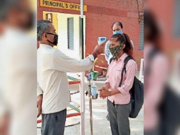 कैथल| कंगथली स्कूल में प्रवेश से पहले छात्राओं की थर्मल स्कैनिंग करते स्टाफ सदस्य। -फाइल फोटो - Dainik Bhaskar