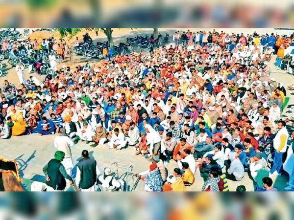 पाई | किसान आंदोलन को लेकर पाई में सर्वजातीय महापंचायत में भाग लेते ग्रामीण। - Dainik Bhaskar