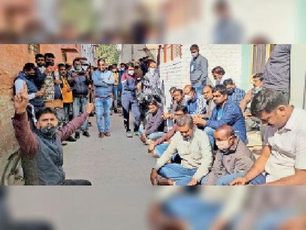 अतिक्रमण कार्रवाई के खिलाफ रोड पर धरना देते पार्षद व मोहल्लेवासी। - Dainik Bhaskar