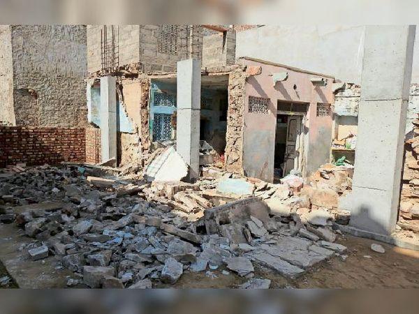 शहर के जटियों का पुराना वास में निर्माणाधीन मकान से ढहने से हुआ हादसा। - Dainik Bhaskar